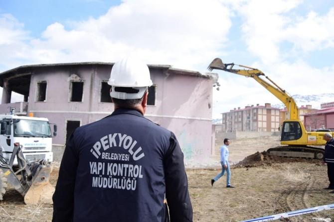 Tehlike saçan metruk binanın yıkımına başlandı