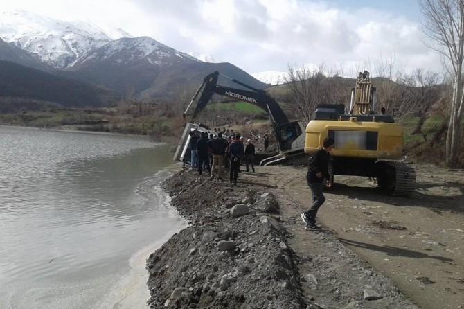 Hafriyat kamyonu baraja düştü