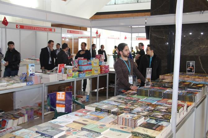 Diyarbakır'da 130 yayınevinin katılımıyla bir milyon kitabın sergilendiği fuar açıldı