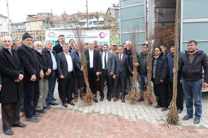 Elazığ Keban'da üreticilere ceviz ve badem fidanı dağıtıldı