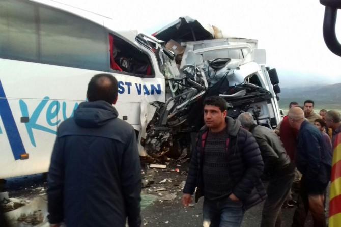 TIR ile yolcu otobüsü çarpıştı: Bir ölü 40 yaralı