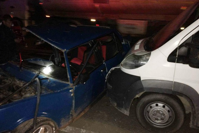Kamyonet ile otomobil çarpıştı: 6'sı çocuk 8 yaralı