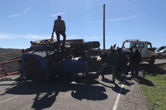 Virajı alamayan gübre yüklü traktör devrildi