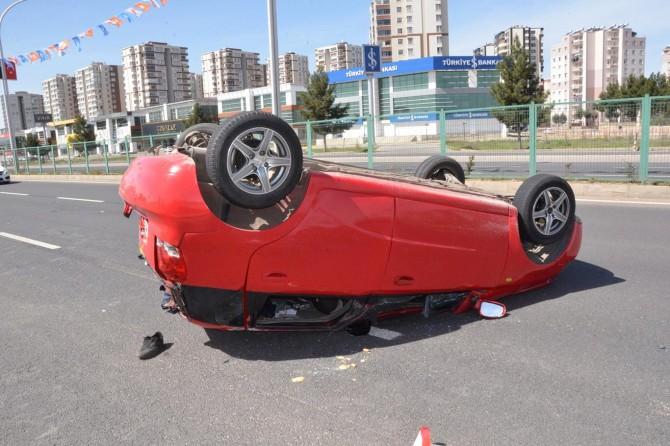 Diyarbakır'da takla atan otomobilde 3 kişi yaralandı