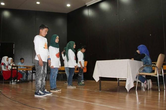 Suriyeli öğrencilerden tiyatro gösterimi