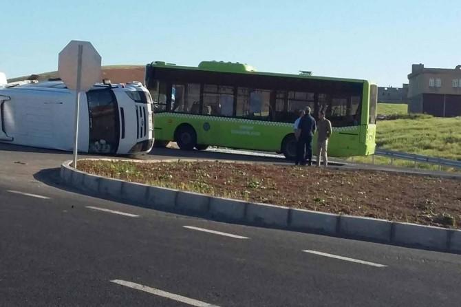 Otobusa şaredarîyê û mînîbûsa ku karker tê de bûn li hev qelibîn: 10 birîndar