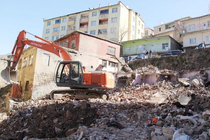 Uyuşturucu yuvasına dönen metruk binalar yıkılıyor