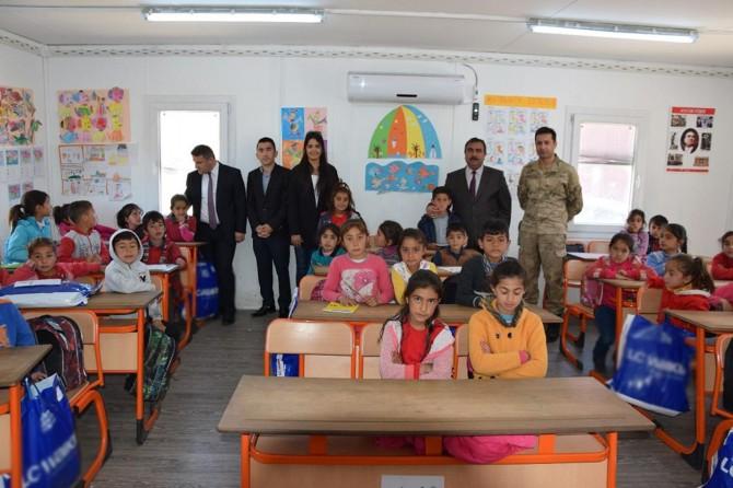 Viranşehir'de öğrencilere giyim yardımı