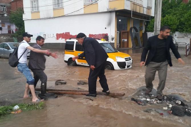 Diyarbakır'da sağanak yağış etkili oldu