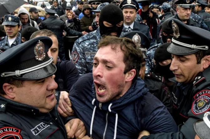 Ermenistan'da yüzlerce muhalif gözaltına alındı