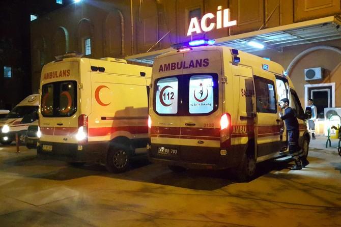 Mardin'de virajı alamayan transit devrildi: 2 yaralı