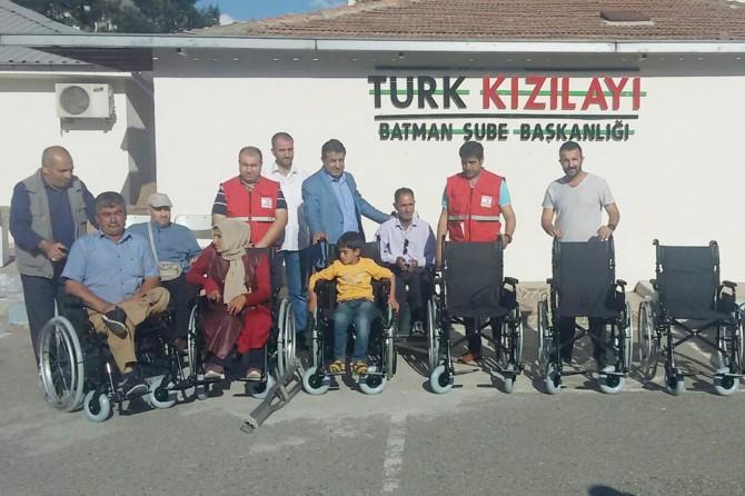 Batman'da engellilere tekerlekli sandalye yardımı yapıldı
