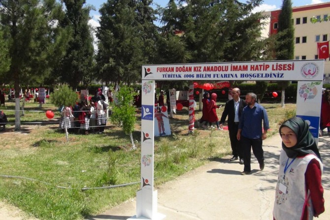 Kız İmam Hatip öğrencileri TÜBİTAK Bilim Fuarında projelerini sergiledi
