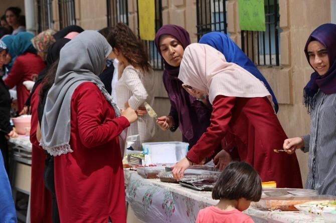 Lise öğrencileri Kudüs'e gitmek için kermes açtı