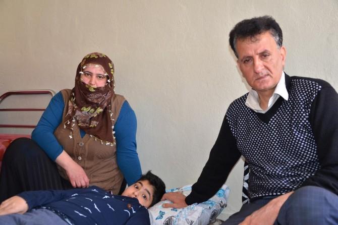 Bir çocuğu engelli aile 37 bin TL'lik su ve elektrik borçlarıyla ortada kaldı