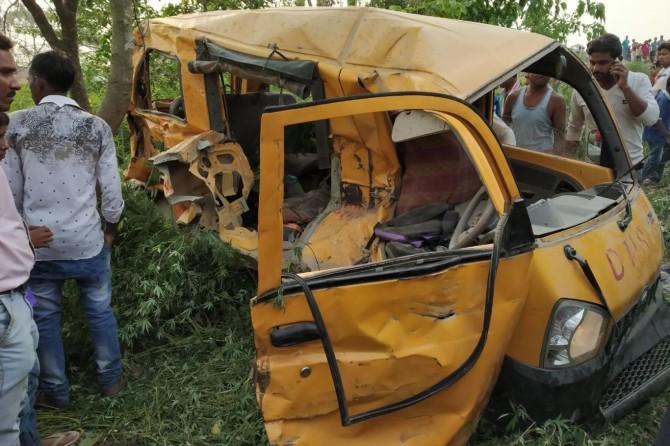 Hindistan'da tren otobüse çarptı: 13 öğrenci öldü