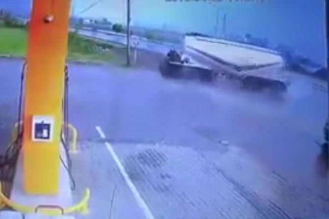 Silobas dorse takılı araç petrol istasyonuna daldı