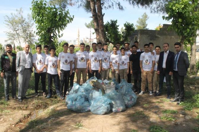 İHL öğrencileri ilçedeki mezarlıkları temizledi