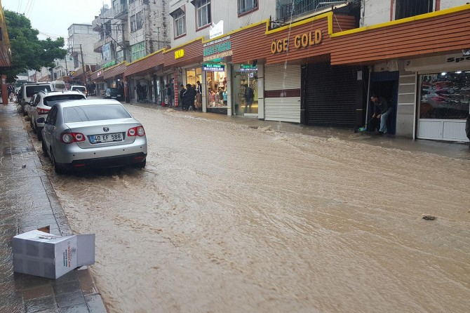 Ergani'de aşırı yağış sele neden oldu