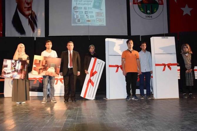 Kitap okumada derece yapan öğrencilere ödül verildi