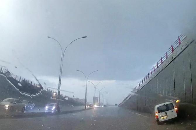 Sağanak yağış Diyarbakır'da hayatı felç etti