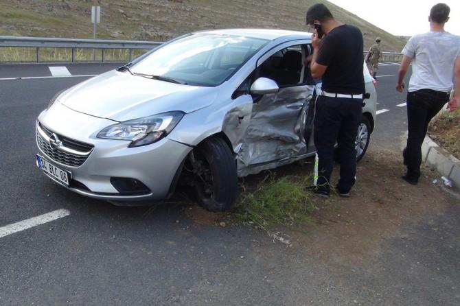 Zerzevan Kalesi yakınlarında hafif ticari araç ile otomobil çarpıştı: 3 yaralı