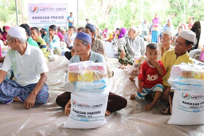 Kamboçyalı mağdurlar Ramazan ayında Avrupa Yetim-Der ile sevindi