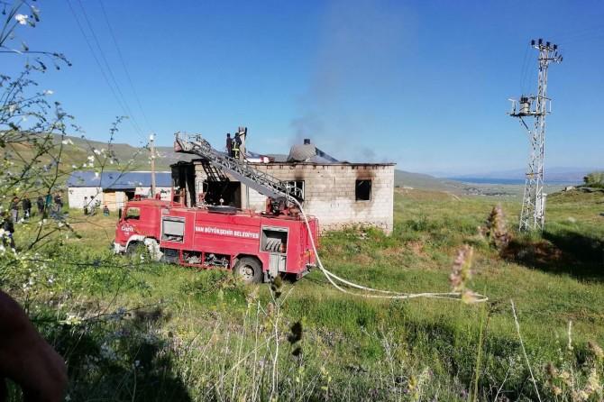 Engelli kızını hastaneye götürdüğü sırada evi yandı