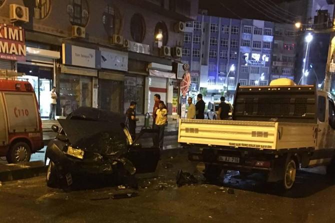 Batman'da kontrolden çıkan otomobil kamyonete çarptı
