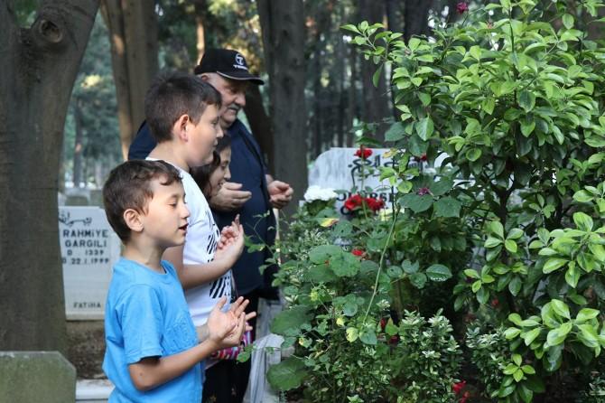 İstanbul'da kabirler ziyaretçilerle doldu taştı