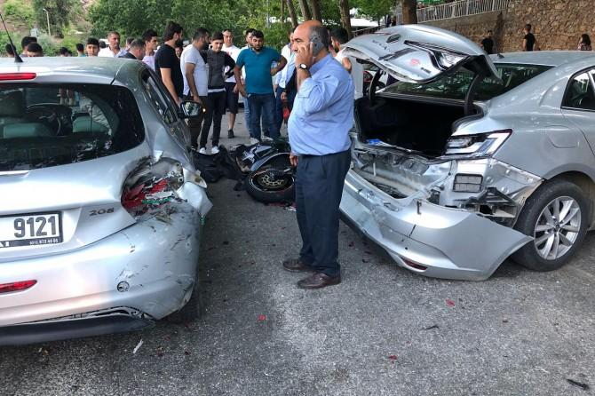 Motosiklet park halindeki araçlara çarptı: 2 yaralı