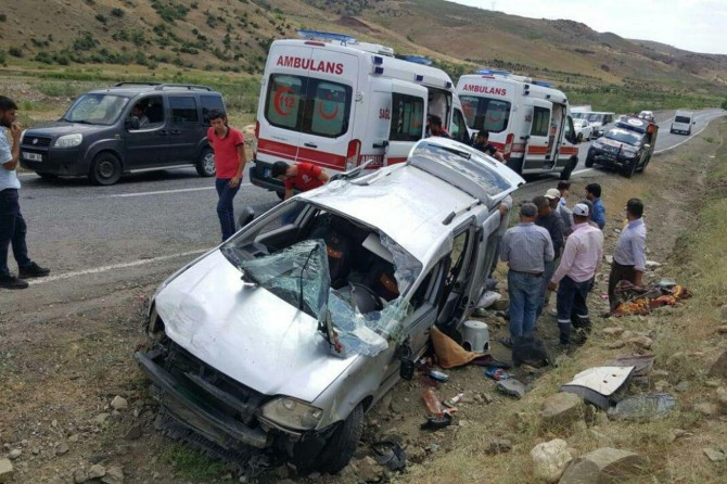 Siirt-Şirvan Karayolunda işçileri taşıyan araç kaza yaptı: Bir ölü 4 yaralı