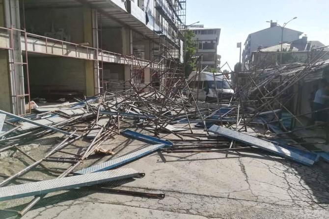 Beton pompasının çarptığı inşaat iskelesi çöktü