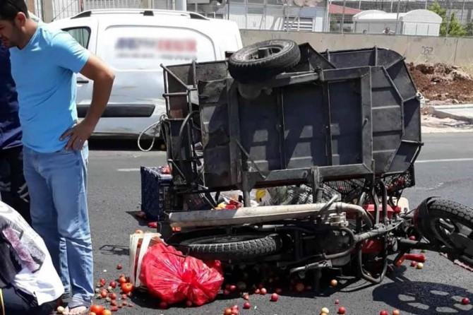 Diyarbakır-Şanlıurfa Karayolu'nda ticari araç sepetli motosiklete çarptı