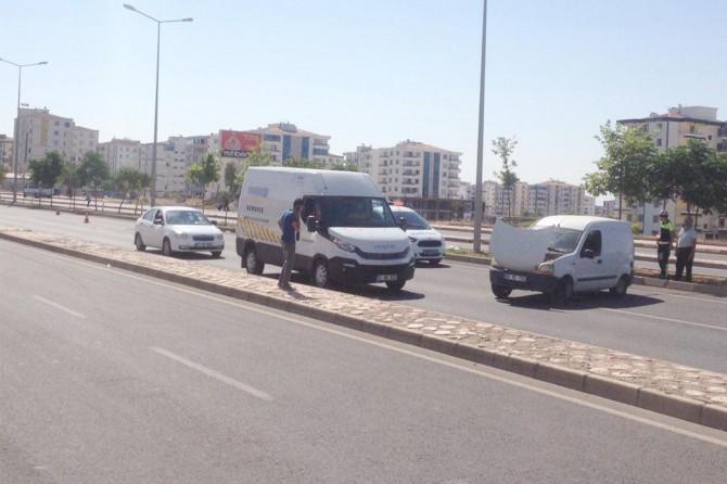 Diyarbakır'da  seyir halindeyken lastiği patlayan araç kaza yaptı