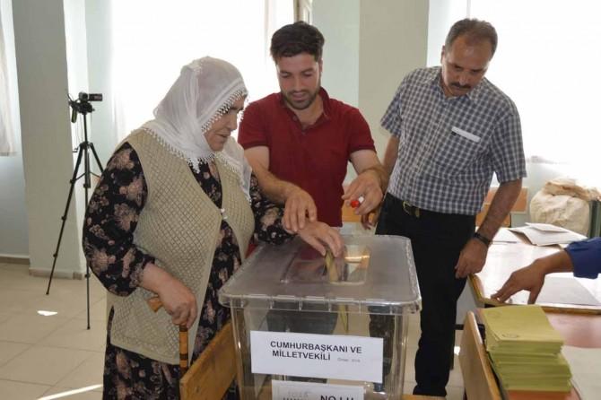 Siirt'te oy kullanma işlemi başladı