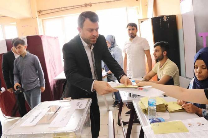 HUDA PAR President Yavuz uses his vote