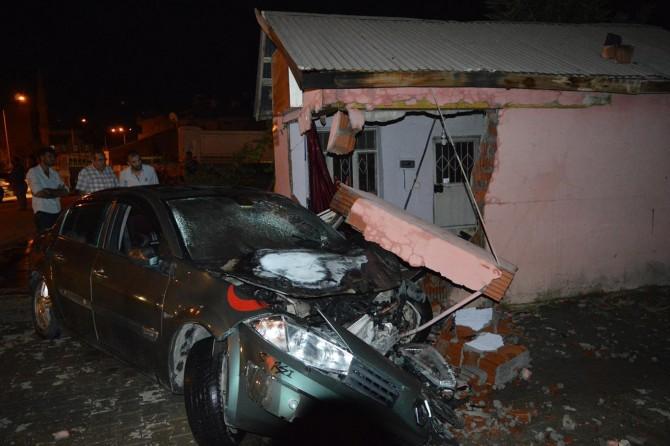 Elazığ Palu'da otomobil odun ambarına daldı: 3 yaralı
