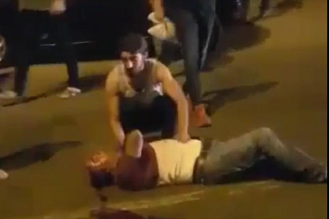 Diyarbakır'da Cegerxwin Kültür Merkezi önünde yolun karşısına geçmeye çalışan aileye otomobil çarptı