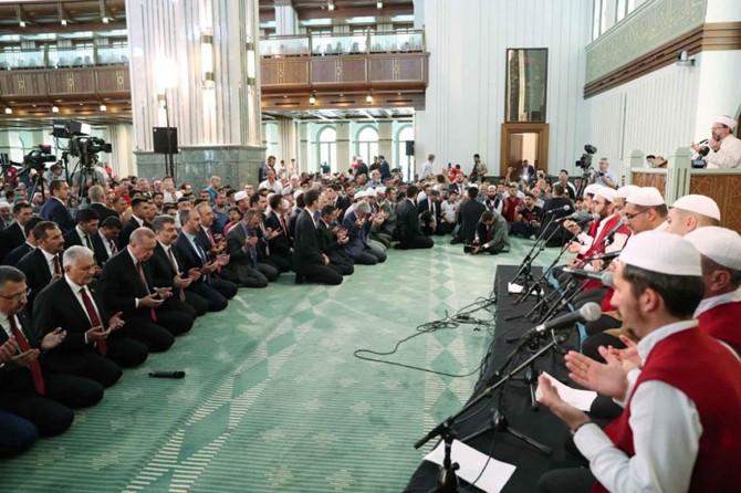 Cumhurbaşkanı Erdoğan şehitler için Kur'an-ı Kerim okudu