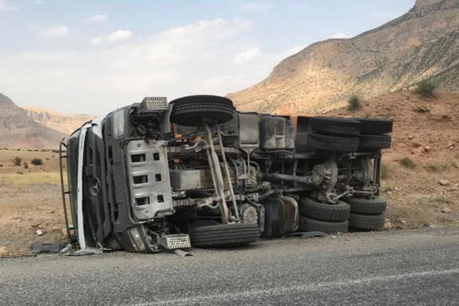 Siirt Eruh'ta virajı alamayan kamyon yan yattı