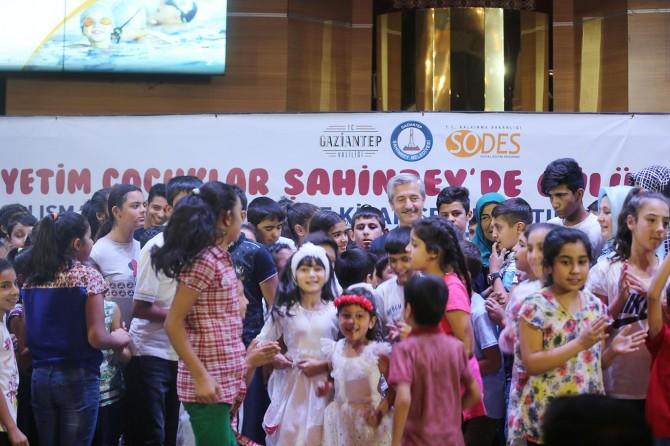 Gaziantep'te yetim çocuklara kitap seti hediye edildi