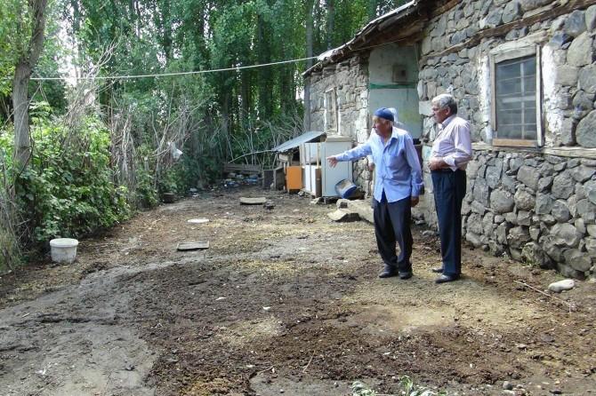 Bingöl'de tıkanan kanal su baskınına neden oldu