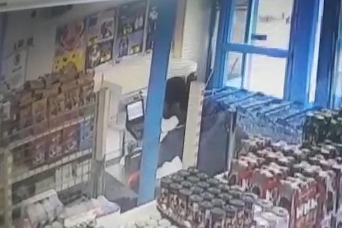 Şanlıurfa Viranşehir'de müşteri kılığındaki hırsız kasiyerin telefonunu çaldı