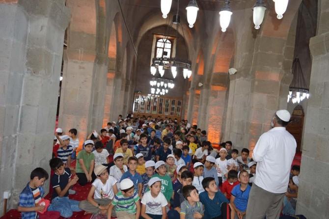 Bitlis'te Kur'an kursu öğrencileri türbe ve tarihi yerleri gezdiler