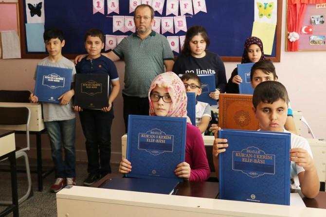 Görme engelli öğrenciler Kur'an'ı Kerim'i okumanın sevincini yaşıyorlar