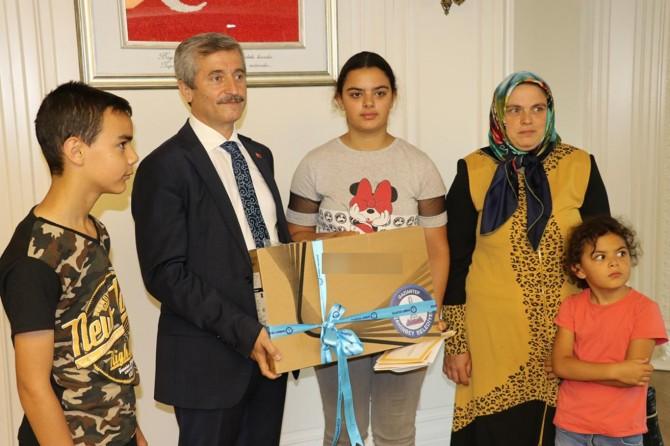 Şahin Belediyesi başarılı yetim öğrenciyi bilgisayar ile ödüllendirdi