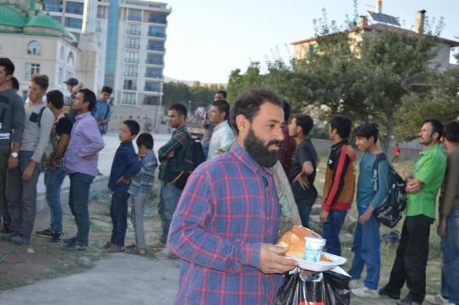 Tatvan'da sokakta kalan mültecilere hayırseverlerden sıcak yemek