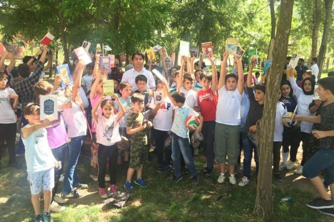 Muş'ta yaz kurslarına katılan öğrencilere kitap hediye edildi