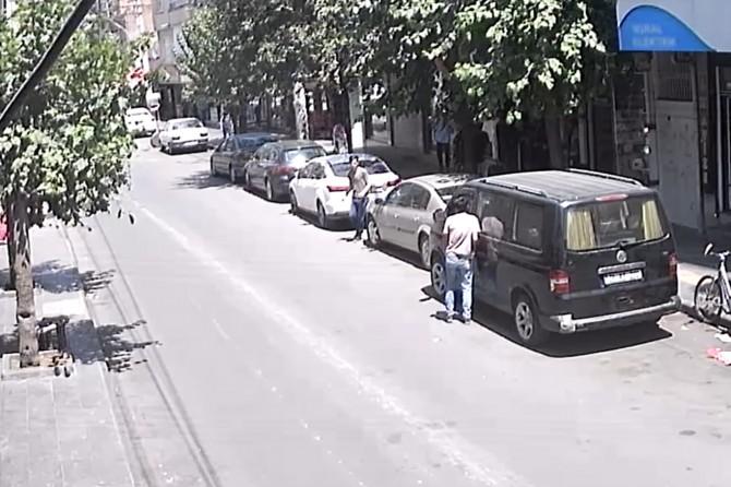 Diyarbakır Bağlar Nükhet Coşkun Caddesi'nde aracın içinden cep telefonu çaldılar